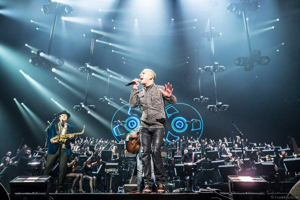 Sänger PJ Olsson mit Alan Parsons bei Night of the Proms 2019 in der SAP Arena Mannheim