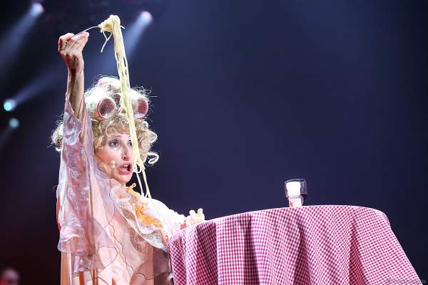 Sopranistin Natalie Choquette kämpft mit den Spaghetti bei Night of the Proms 2019 in der SAP Arena Mannheim