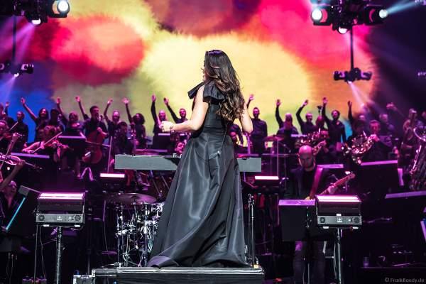 Alexandra Arriche dirigiert das Antwerp Philharmonic Orchestra und den Chor Fine Fleur bei Night of the Proms 2019 in der SAP Arena Mannheim