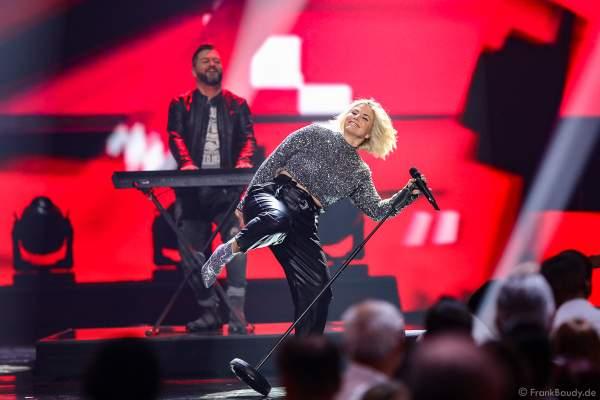 Schweizer Schlagersängerin Beatrice Egli bei der Silvestershow 2019/2020 in der Baden-Arena - Messe Offenburg