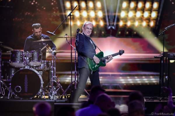 Die britische Band Status Quo mit Francis Rossi und bei der Silvestershow 2019/2020 in der Baden-Arena - Messe Offenburg