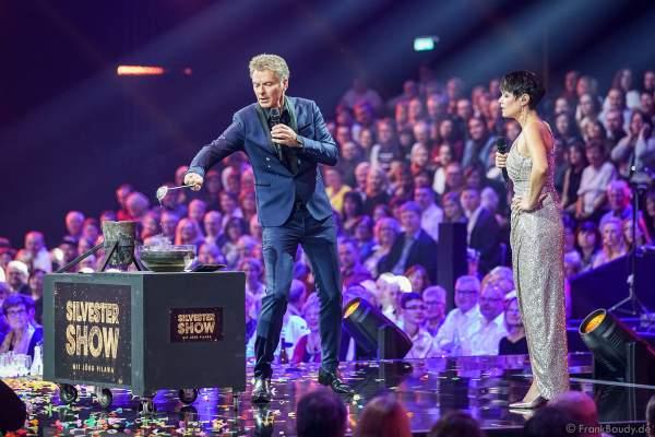 Jörg Pilawa und Francine Jordi beim Bleigießen für das Rätsel der Silvestershow 2019/2020 in der Baden-Arena - Messe Offenburg