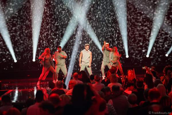 Schweizer Sänger Luca Hänni bei der Silvestershow 2019/2020 in der Baden-Arena - Messe Offenburg