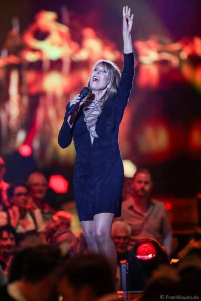 Schlagersängerin Ireen Sheer (bürgerlich Ireen Wooldridge) bei der Silvestershow 2019/2020 in der Baden-Arena - Messe Offenburg