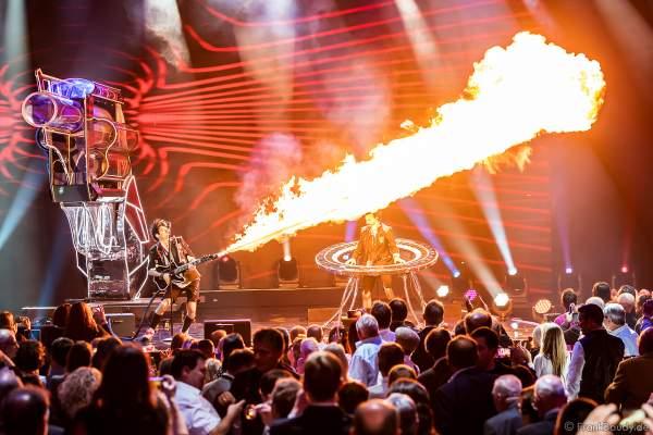 Die Ehrlich Brothers mit Riesenrevolver bei der Silvestershow 2019/2020 in der Baden-Arena - Messe Offenburg