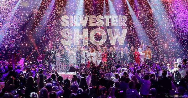 Finales Gruppenfoto beim Finale mit den Moderatoren und Künstlern bei der Silvestershow 2019/2020 in der Baden-Arena - Messe Offenburg