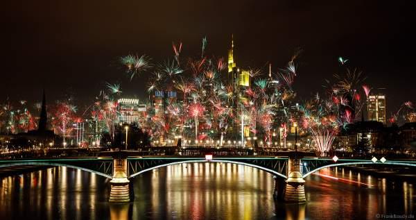 Feuerwerk an Silvester/Neujahr vor der Skyline in Frankfurt am Main 2019-2020