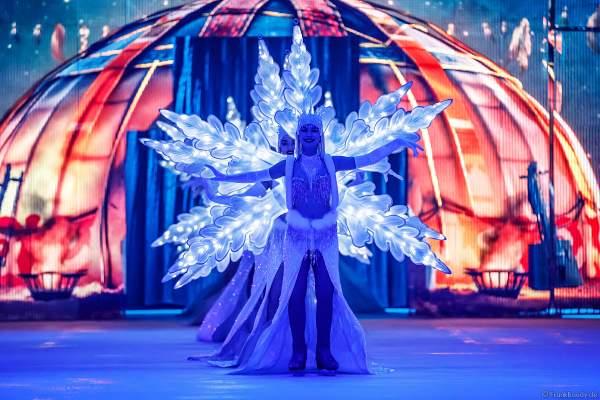 Patricia Kühne im leuchtenden Schneeflockenkostüm bei der Eisshow SUPERNOVA von Holiday on Ice in der Festhalle Frankfurt und SAP Arena Mannheim 2019-2020