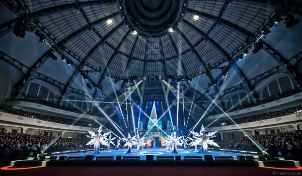 Finale der Eisshow SUPERNOVA von Holiday on Ice mit leuchtenden Schneeflockenkostümen in der Festhalle Frankfurt am 11. Januar 2020