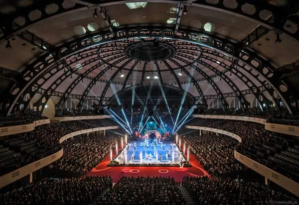 Finale der Eisshow SUPERNOVA von Holiday on Ice mit Pyrotechnik in der Festhalle Frankfurt am 11. Januar 2020