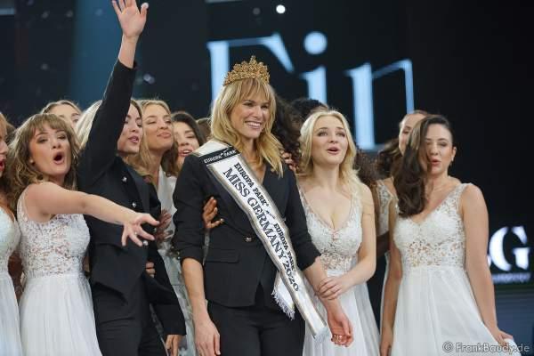 Die neue Miss Germany 2020 Leonie von Hase mit ihren 15 Kolleginnen am 15.02.2020 in der Europa-Park Arena Rust