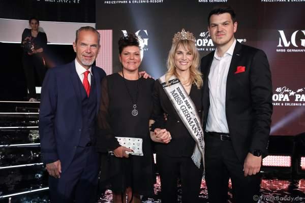 Miss Germany 2020 - Leonie von Hase mit dem Veranstalter-Team Ralf, Ines und Max Klemmer am 15.02.2020 in der Europa-Park Arena Rust