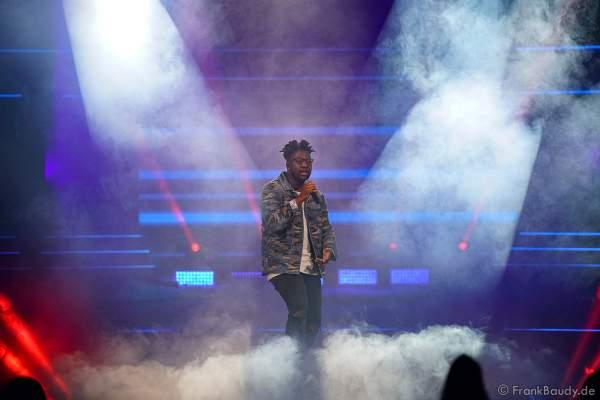 Bühnenauftritt von Singer-Songwriter Kelvin Jones bei der Miss Germany 2020 Wahl am 15.02.2020 in der Europa-Park Arena Rust