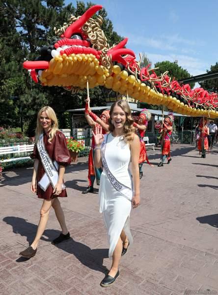 Miss Germany 2020 - Leonie von Hase und Miss Universe Netherlands 2019 - Sharon Pieksma auf dem Weg zur Wiedereröffnung der PIRATEN IN BATAVIA im Europa-Park am 28. Juli 2020