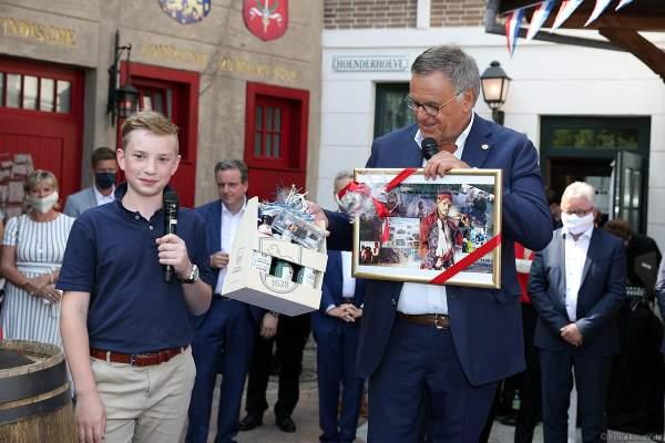 Fabian Schütz übergibt ein Geschenk an Inhaber Roland Mack bei der Wiedereröffnung der PIRATEN IN BATAVIA im Europa-Park am 28. Juli 2020