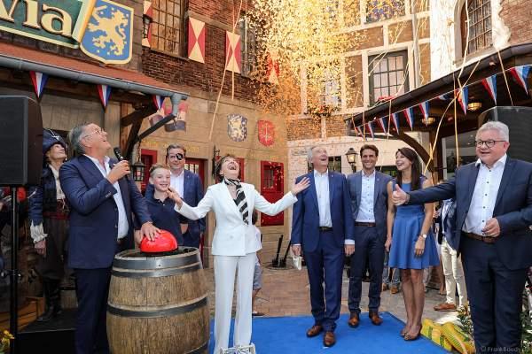 Familie Mack, Fabian Schütz, Paola Felix und Guido Wolf drücken den Startknopf zur Wiedereröffnung der PIRATEN IN BATAVIA im Europa-Park am 28. Juli 2020