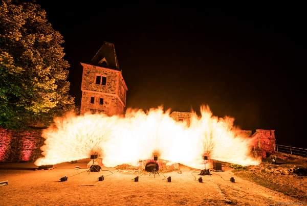 """Flammenshow mit Wave-Flamer und Flammenprojektoren zur Musik von """"Games of Thrones"""" zum 50-jährigen Jubiläum des Restaurants auf Burg Frankenstein am 10.09.2020"""