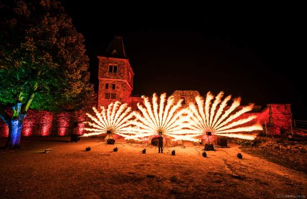 Inhaber von FlyFire Philipp Schecker bei den Proben zur Flammenshow zum 50-jährigen Jubiläum des Restaurants auf Burg Frankenstein am 10.09.2020