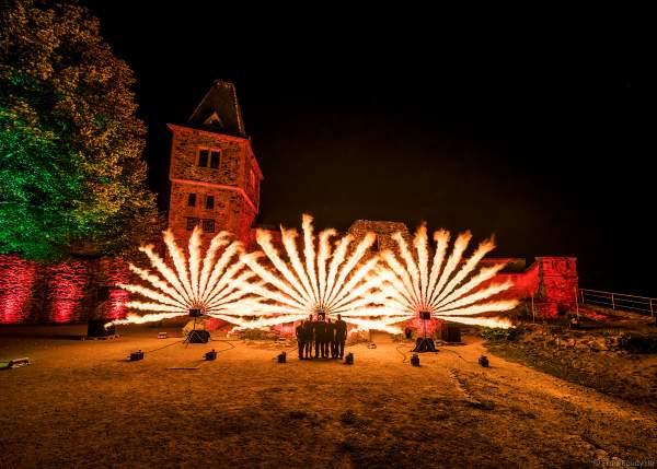 Inhaber von FlyFire Philipp Schecker mit einem Teil seiner Crew bei den Proben zur Flammenshow zum 50-jährigen Jubiläum des Restaurants auf Burg Frankenstein am 10.09.2020