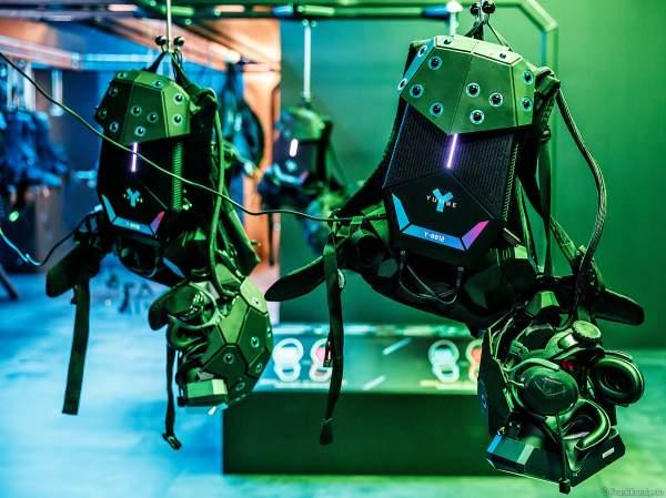 Für jeden Teilnehmer steht jeweils eine komplette vorbereitete Ausrüstung für die VR-Experience YULLBE im Europa-Park bereit