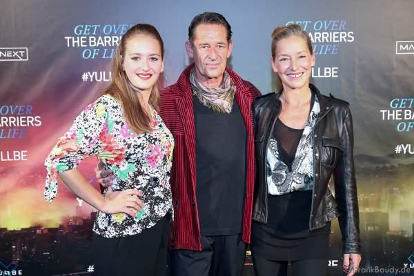 """Max Tidof mit Ehefrau Lisa Seitz und Tochter Luzie bei der Eröffnung der der neuen YULLBE Horror Experience """"Traumatica"""" im Europa-Park am 2. Oktober 2020"""