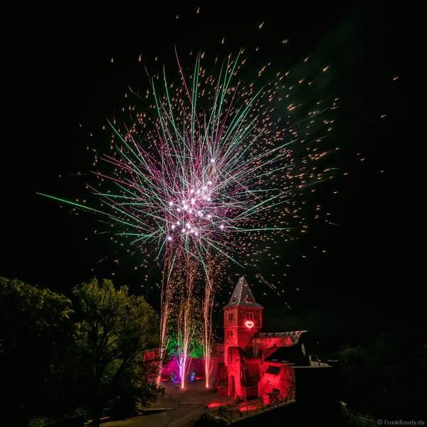 Hochzeitsfeuerwerk mit leuchtendem Herz-Lichbild auf Burg Frankenstein
