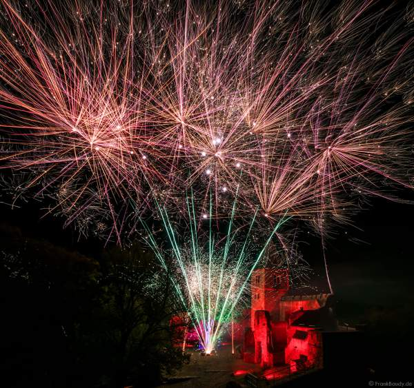Hochzeitsfeuerwerk auf illuminierter Burg Frankenstein