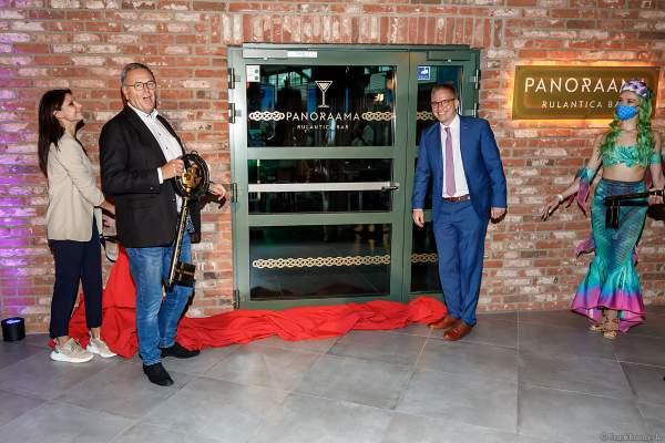 Ann-Kathrin Mack, Roland Mack und Bürgermeister Kai-Achim Klare bei der Eröffnung des Ruhe- und Saunabereich HYGGEDAL in der Wasserwelt Rulantica am 15. Oktober 2020 im Europa-Park