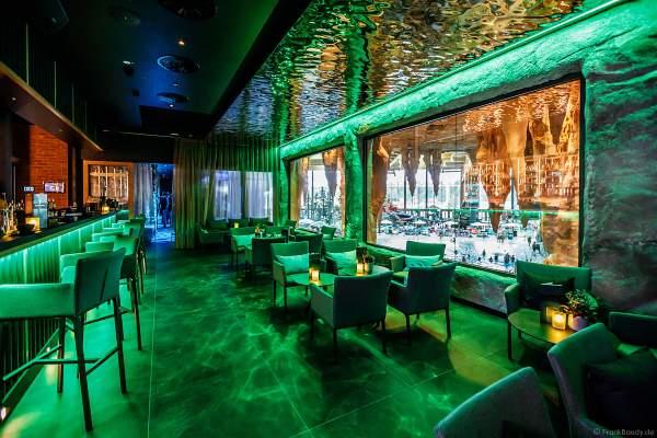 """""""panoraama – die Rulantica Bar"""" bieten mit großen Panoramafenstern einen fantastischen Blick auf das riesige Wellenbecken und das fröhliche Treiben in Rulantic"""