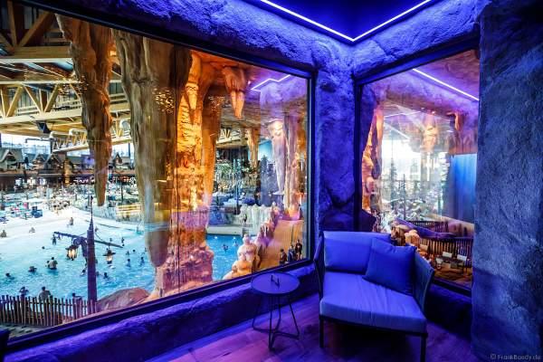 Der exklusive Ruhebereich in HYGGEDAL mit großen Panoramafenster bietet einen atemberaubenden Blick in die Wasserwelt Rulantica im Europa-Park