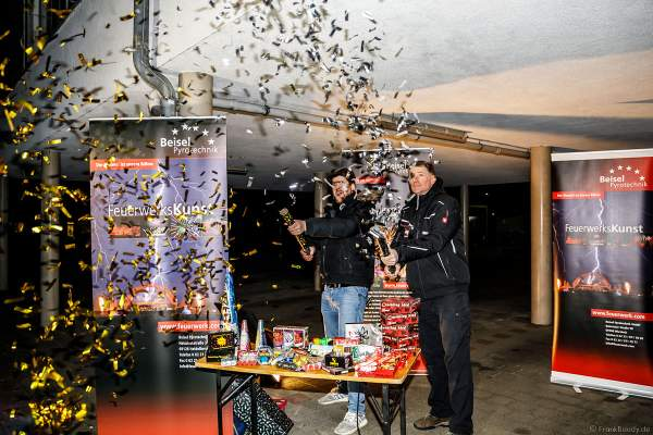 """Geschäftsführer Thomas Fischer von Beisel Pyrotechnik und Stefan Schiller alias """"Pyroextrem"""" eröffnen mit Konfetti-Shooter die XXL LIVE Böllertour"""