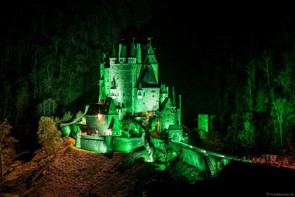 Farbenprächtig beleuchtete Burg Eltz bei Nacht bei dem Event Illumination Eltzer Burgpanorama