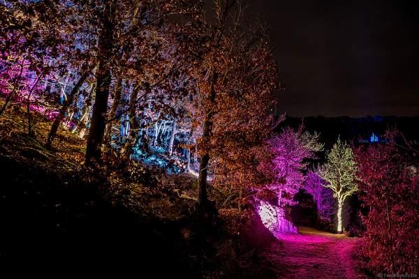 Kunstvolle Lichtinstallation auf dem Rundweg bei dem Event Illumination Eltzer Burgpanorama