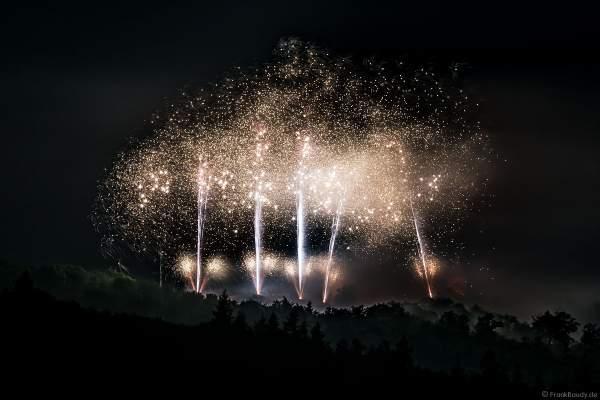 Rot beleuchtete Burg Frankenstein mit Feuerwerk bei NIGHT OF LIGHT 2021