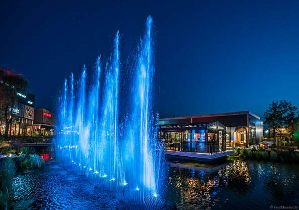 Musikalische Wasserspiele in der Shopping Promenade Coeur Alsace, Vendenheim bei Straßburg - Frankreich