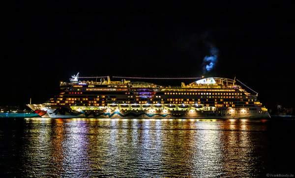 """Das Kreuzfahrtschiff """"AIDAluna"""" bei der Abfahrt nach der Finalshow STERNENZAUBER ÜBER KIEL bei der Kieler Woche 2021"""
