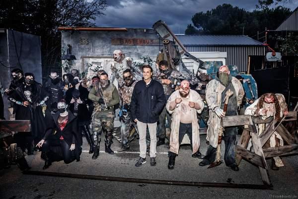 Thomas Mack mit Darsteller bei den Horror Nights - TRAUMATICA 2021 bei Halloween im Europa-Park in Rust