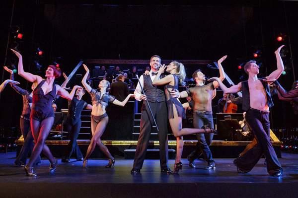 Pasquale Aleardi als Billy Flynn mit dem Ensemble von CHICAGO
