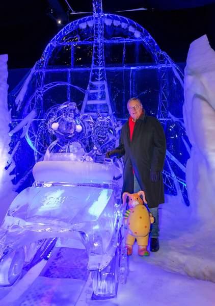 Roland Mack muss mit ansehen wie die faszinierenden Figuren abtauen. Über viele Monate hatte der Europa-Park immer wieder Hoffnung, seinen Besuchern die spektakuläre Eisskulpturen-Ausstellung zu zeigen. Doch jetzt ist leider Schluss.